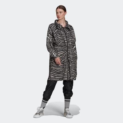 adidas by Stella McCartney Manteau fonctionnel en gris / noir, Vue avec modèle
