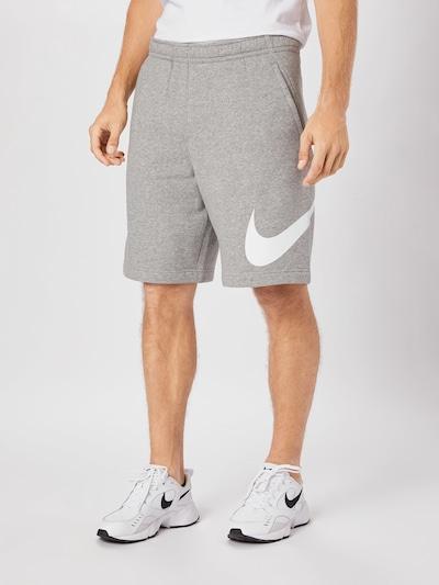 Nike Sportswear Shorts in grau, Modelansicht