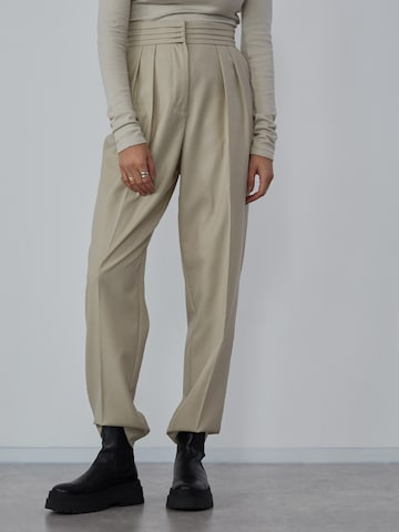 Pantaloni con pieghe 'Sienna' di LeGer by Lena Gercke in beige