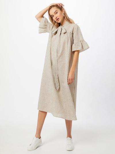 Rochie tip bluză NUÉ NOTES pe bej / alb, Vizualizare model