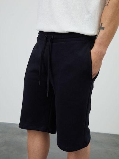 Pantaloni 'Tino' DAN FOX APPAREL pe negru, Vizualizare model