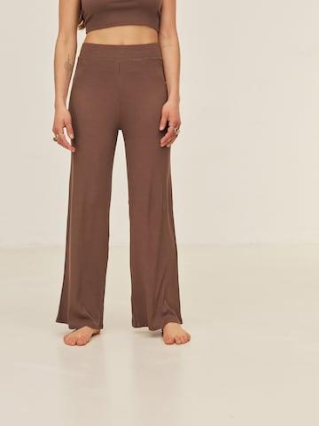 Pantaloni 'Alisa' di ABOUT YOU x Sofia Tsakiridou in marrone
