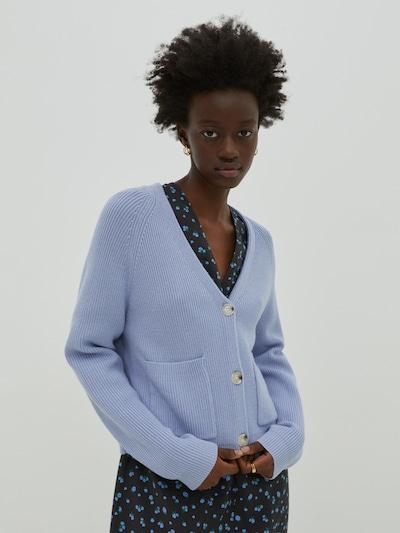 EDITED Strickjacke 'Nanja' in blau, Modelansicht