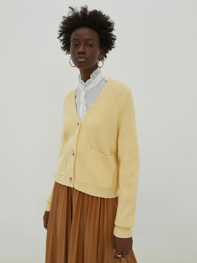EDITED Strickjacke 'Nanja' in hellgelb, Modelansicht