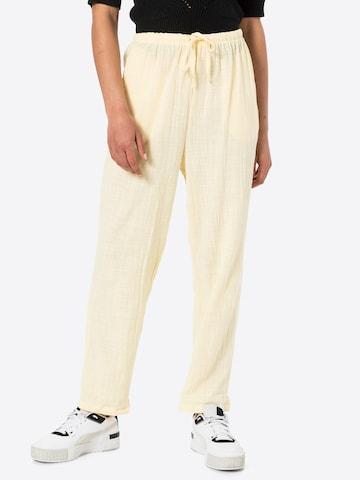 Pantaloni con pieghe 'CALI' di Cotton On in giallo